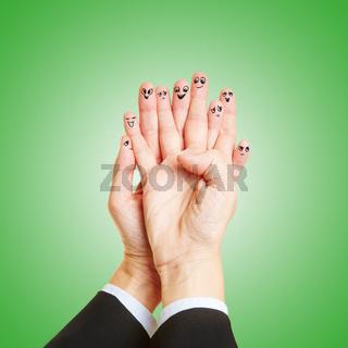 Finger mit Smileys reden als Team