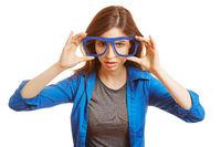 Frau hält Nerd-Brille vor ihr Gesicht