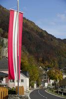 Fahne für den Österreichischer Staatsfeiertag, St. Nikola an der Donau, Struden, Oberösterreich, Österreich