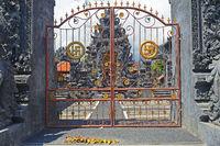 Tor mit Hakenkreuz als Swastika, Glückssymbol im Hinduismus, im