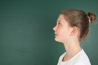 Schülerin schaut nach oben