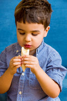 Kleiner Junge isst eine Banane