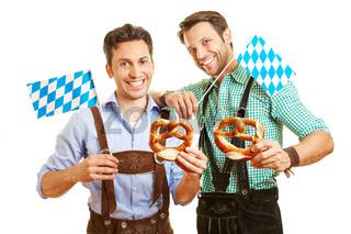 Zwei Männer mit Brezn und bayrischer Fahne