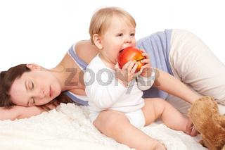 Mutter ist eingeschlafen und Kind isst