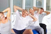 Gruppe Senioren macht Gymnastik im Fitnesscenter