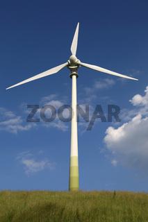 Windrad auf einer grünen Wiese Thema Energie und Umweltschutz
