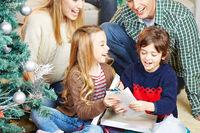 Kinder bekommen an Weihnachten Geschenke