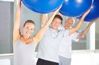 Rückentraining mit Gymnastikball im Fitnesscenter