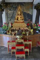 Buddha-Statue auf einem Altar in einem Gebetsraum des  buddhisti