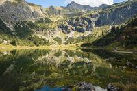 Unterer Gaisalpsee, dahinter der  Entschenkopf (2043m), Allgäuer Alpen, Allgäu, Bayern, Deutschland, Europa