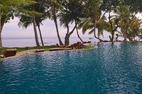 Swimmingpool mit Ausblick auf das Meer eines 5 Sterne Luxusresor
