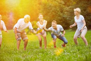 Familie spielt mit Frisbee im Sommer