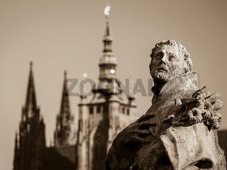 Statue auf der Karlsbrücke mit der Burg
