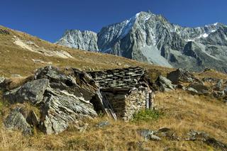 Schäferhütte aus Natursteinen im Val d'Hérens