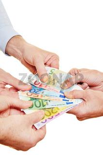 Viele Hände streiten um Geld