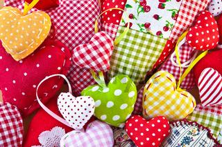 Bunte Herzen aus bunten Stoffen
