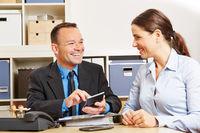 Berater kalkuliert Finanzierung im Büro