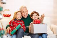 Großvater mit Enkeln zu Weihnachten