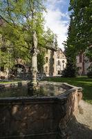 Brunnen mit Madonnenstatue im Kloster Lichtenthal