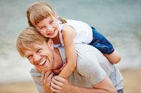 Vater und Tochter haben Spaß im Urlaub