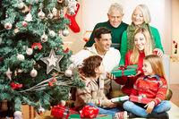 Familie schenkt Geschenke zu Weihnachten