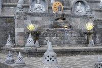 Buddha-Statue auf einem Altar im Außenbreich des  buddhistischen