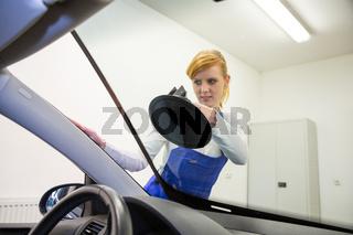 Windshield replacement by glazier in garage