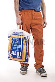 Mann mit einer Plastiktüte von Aldi