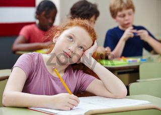 Mädchen im Unterricht beim Nachdenken