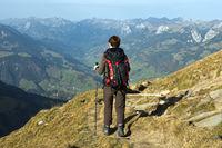Wanderer auf dem Abstieg vom Gipfel Niesen