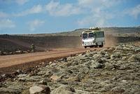 Lokaler Bus überquert das Sanetti Plateau auf der höchsten Allwetterstrasse Afrikas auf 4000m über Meer