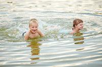 Zwei Kinder baden im See
