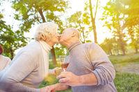 Paar Senioren küsst sich zum Geburtstag