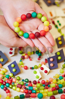 Hände halten Armband beim Juwelier
