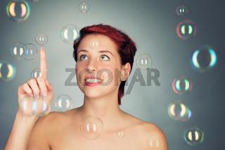 junge frau spielt mit seifenblasen