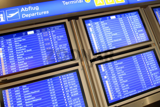 Informationstafel im Flughafen