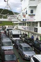 Transport von Fahrezuegn auf dem Fährschiff Finnoy