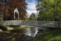 Die filigrane Bellevue Brücke an der Lichtentaler Allee führt über den Fluss Oos