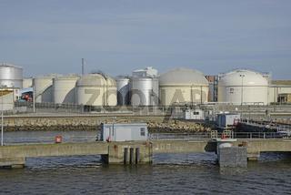 Tanks in einem Hafen