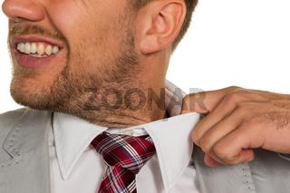 Mann platzt der Kragen