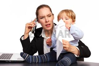 Mutter und Kind bei der Arbeit Serienbild 2