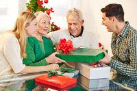 Mann schenkt Mutter Geschenk zu Weihnachten