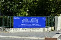 Tafel am Eingang zum Europäischen Gerichtshof für Menschenrechte (EGMR)