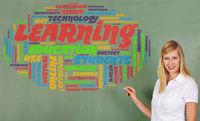 Frau mit Kreide an einer Tafel mit Konzept zu Bildung