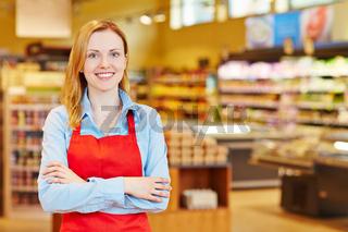 Junge Frau macht Ausbildung im Supermarkt