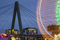 Riesenrad, Kirmes am Deutzer Rheinufer, Herbstkirmes, dahinter Severinsbrücke und Kranhäuser, Köln, Nordrhein-Westfalen, Deutschland, Europa
