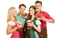Gruppe von Leuten beim Oktoberfest mit Bier