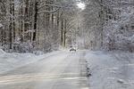 Verschneite Landstraße im Winter, Schleswig Holstein, Deutschland