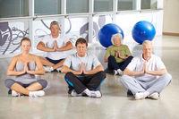 Senioren meditieren im Yogakurs