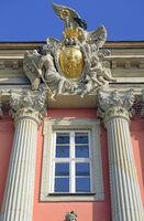 Preußischer Adler mit Krone und Siegerkranz über dem Hauptportal